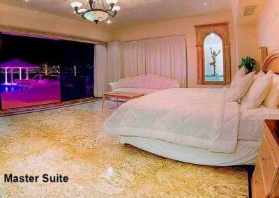 """King Master Suite – Cama Kingsize , Sofa y TV de 55"""". Sillón de pedicure/masaje"""