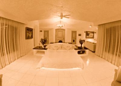 Penthouse Suite - Cama Kingsize, Salon con TV de 75'', 2 sofas, enorme baño con Jacuzzi, tres paredes de cristal con vista panóramica de 180° a la bahía de Acapulco